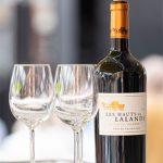 Rotwein mit 2 Gläsern auf Tresen